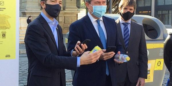 El Ayuntamiento y Ecoembes ponen en marcha un programa de incentivos para quienes reciclen envases y botellas de plástico de bebidas en los contenedores amarillos ubicados la vía pública