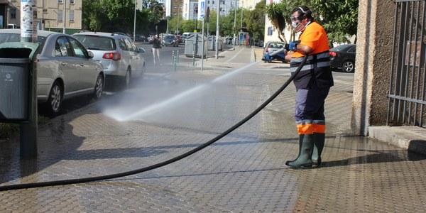LIPASAM refuerza los servicios de limpieza de acerados y de los puntos de contenedores