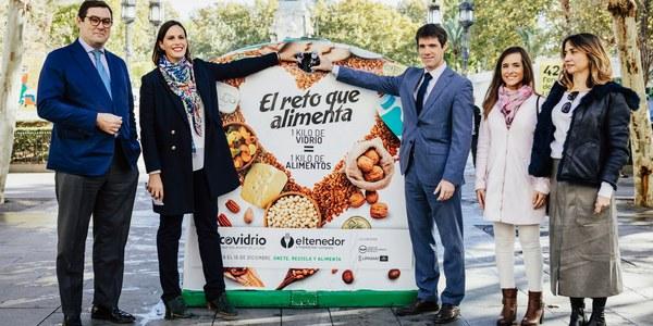 El Ayuntamiento, a través de Lipasam, la APP ElTenedor y Ecovidrio ponen en marcha la campaña 'El reto que alimenta' con el objetivo de reciclar cinco toneladas de vidrio que se traducirán en donaciones para el Banco de Alimentos de Sevilla