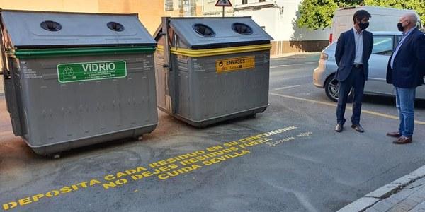 El Ayuntamiento rotula más de 800 puntos de recogida de residuos de Lipasam para concienciar sobre el reciclaje y sobre el abandono de basura fuera de los contenedores