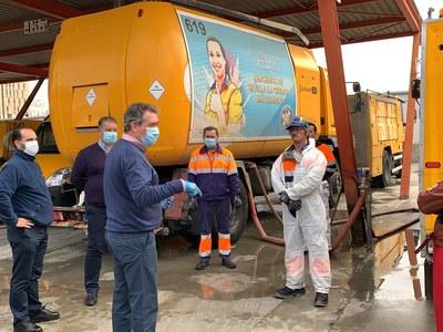 Lipasam ha distribuido ya 25 millones de litros de agua con desinfectante en los barrios y ha destinado 1,5 millones de euros a compras de epis, materiales y contrataciones de personal desde el inicio de la crisis sanitaria
