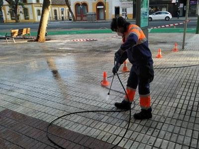 Lipasam inicia un plan de limpieza con baldeo de las calles y espacios públicos durante los meses de verano