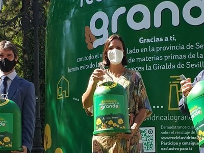 Un contenedor de vidrio de más de 8 metros de altura inicia en Sevilla una campaña para el reciclaje de residuos